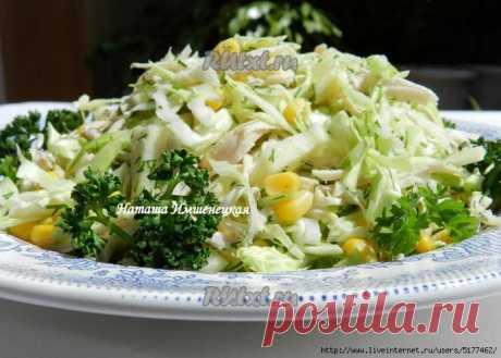 Салат из капусты с курицей и кукурузой.