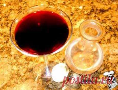 """Домашнее вино из черноплодной рябины Многие ли из нас, дорогие друзья, обращали внимание на столь невзрачную и, казалось бы, бесполезную ягоду, как черноплодная рябина, сезон созревания которой наступает в сентябре? Признаться, я тоже был к ней когда-то равнодушен, поскольку """"черноплодные"""" варенья или джемы меня никогда не..."""