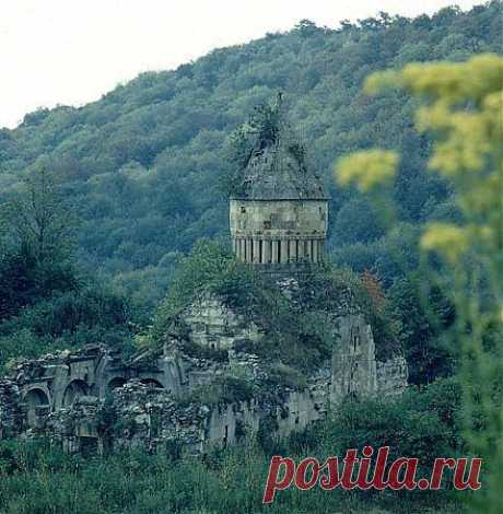 Խորակերտի Վանք, Ջիլիզա, Հայաստան  Խորակերտի վանք, 13-րդ դարի ճարտարապետական հուշարձանախումբը գտնվում է ՀՀ Լոռու մարզի Ջիլիզա գյուղից 3 կմ. արևմուտք, Լալվար լեռան անտառախիտ ստորոտին: Համալիրը բաղկացած է եկեղեցուց, գավթից, սեղանատնից (ներկայումս քանդված) և մատուռներից:  Շրջակայքի հնագույն շինությունների հետքերը թույլ են տալիս ենթադրել, որ այդտեղ է եղել Խորակերտ կամ Խոռակերտ քաղաքը, որի հիմնադրումը Վարդան պատմիչը վերագրում է Հայկի որդի Խոռին։ Քաղաքը IXդ. Սմբատ Բ թագավորի հրամանով ժառանգել է