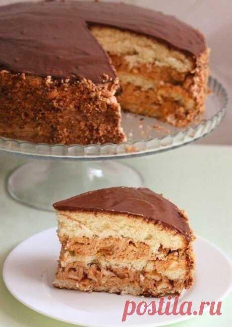 """Торт """"Сникерс"""".  Этот торт пеку уже второй раз и однозначно буду печь еще. ВКУСНЯТИНА! Он стал для меня открытием в плане приготовления бисквита, а также я попробовала новый способ приготовления глазури. Очень мне понравилось экспериментировать:) Предупреждаю, торт очень сытный, впрочем, как и его коллега батончик """"Сникерс"""". Много орехов, крем напоминающий карамель и нугу и щедрый слой молочного шоколада.  Вам потребуется:  (форма диаметром 26 см):  Для теста: - 5 яиц - 18..."""