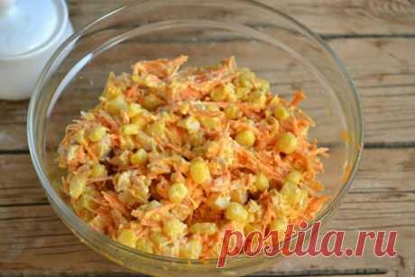 """Салат с корейской морковкой и копченой курицей. Ингредиенты:Морковь по-корейски — 400 ГраммКопченый окорок — 1 ШтукаКукуруза консервированная — 200 ГраммКак приготовить """"Салат с корейской морковкой и копченой курицей"""":Подготовьте все необходимые ин…"""