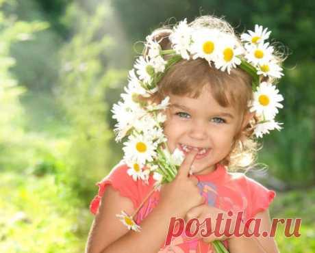 Счастье — когда ты здоров, И здоровы рядом родные, Когда каждый жизни глоток Смаковал ты, как влагу в пустыне...