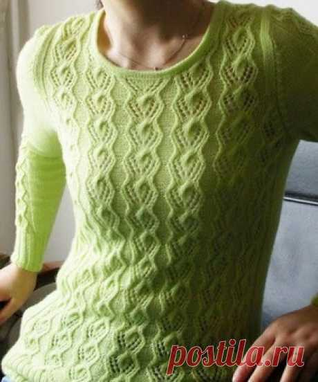 Ажурный узор с вертикальными полосами из кос для вязания спицами пуловеров.