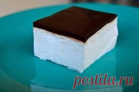 Птичье молоко Вам потребуется: Для торта: 2 пакета желатина (по 8 г) 1 стакан молока 1 стакан сахара 450 г сметаны 450 г охлажденных взбитых сливок растительное масло для смазывания формы Для глазури: 5 столовых ложек какао-порошка 5 столовых ложек сахара 1 пакет желатина (8 г) 5 столовых ложек молока 1 стакан холодной воды Приготовление: 1. В небольшой кастрюле смешайте 2 пакетика желатина с 1 стаканом молока. Поставьте на средний огонь и взбивайте, когда от молока пойдет пар – снимите с ог
