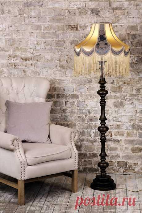 Классический торшер с основанием из массива дерева в черном цвете и абажуром из ткани «Граф Юсупов». Изготовлен вручную. Торшер укомплектован качественной европейской электрической фурнитурой.