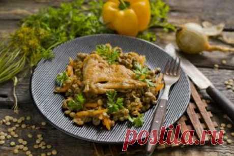 Чечевица с курицей и овощами Чечевица с курицей и овощами — простой рецепт, по которому легко приготовить вкусное и полезное блюдо на обед или на ужин. Чечевица очень питательна, так как в ней в большом количестве содержится растительный белок. У многих азиатских народов она заменяет хлеб и мясо. Эта полезная зернобобовая культ