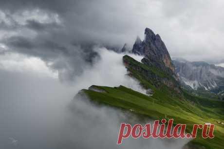 Вид на гору Сечеда (2450 м.). Доломитовые Альпы, Италия. Автор фото: Степан Зубков.