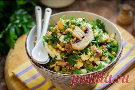Салат из жареных шампиньонов с консервированным горошком и яйцами - Кулинарная страница  Если вы любите салаты с грибами, предлагаю вам такой вариант — салат из жареных шампиньонов с яйцами, луком и консервированным зелёным горошком. Несмотря на отсутствие мяса, салат получается сытным и питательным. В качестве заправки используется растительное масло, но также подойдёт сметана или майонез.