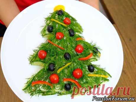 """Самый новогодний салат """"Елочка"""". Всеми любимое сочетание! - запись пользователя FooDee (Alina) в сообществе Болталка в категории Кулинария Предлагаю украсить новогодний стол красивым салатом в виде новогодней елочки. Это рецепт слоеного салата с классическим сочетанием продуктов, который придется по вкусу всем, кто любит шпроты."""