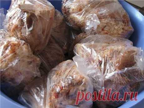 Сало в пакетах -очень вкусно Ингредиенты:  -свиная грудинка-1.5 кг.  -чеснок-1-2 головки.  -чёрный перец крупного помола  -приправа для свинины  -соль  Приготовление:  Свиную грудинку разрезать на куски . Чеснок измельчить в блендере или через чеснокодавилку. Грудинку натереть солью, приправой, перцем и чесноком.  Дать настоятся около часа. Взять целлофановые пакеты вставить один пакет в другой и положить в них грудинку. (У меня было 4 кусочка грудинки, я положила по два к...