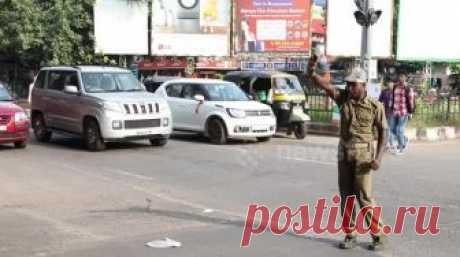 Танцующий полицейский Индии получил некоторые движения A traffic cop in Odisha's capital Bhubaneswar has a unique way to control traffic. Pratap Chandra Khandwal, a home guard at Odisha Police is known as 'Dancing Traffic Cop' among commuters in Bhubaneswar for his unique style of controlling traffic. Pratap's swift body gestures and his unique way of whistling to control traffic daily at the busiest part in Bhubaneswar had made him popular in the city among commuters. He ...