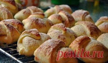 Рогалики с яблочной начинкой приготовлены по очень хорошему рецепту теста  Безумно вкусная домашняя выпечка. Эти рогалики с яблочной начинкой приготовлены по очень хорошему рецепту теста. Мягкие воздушные, а аромат сведёт всех с ума. Знакомьтесь с рецептом, готовьте и радуй…