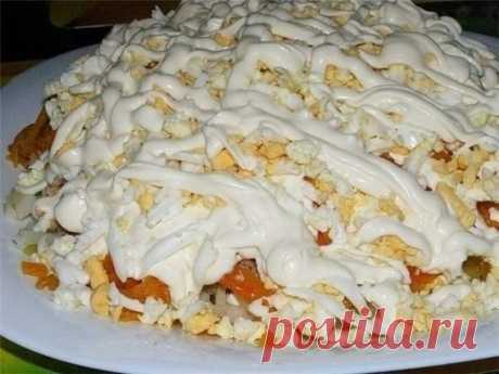 Салат «Печень под шубой» Ингредиенты: -Печень (говяжья) отварная - 250-300 г. -яйцо - 5 шт. -яблоки (большие кисло-сладкие) - 2 шт. -1 луковица -сыр колбасный - 150 г -майонез Приготовление: Отварную печень трем на крупной терке . Лук порезать мелкими кубиками. Сыр, яйца и яблоки натираем на крупной терке и начинаем собирать салат: 1-й слой - печень, соль 2-й слой - лук 3-й слой - яблоки 4-й слой - яйца, соль 5-й слой - сыр Каждый слой промазываем майонезом.