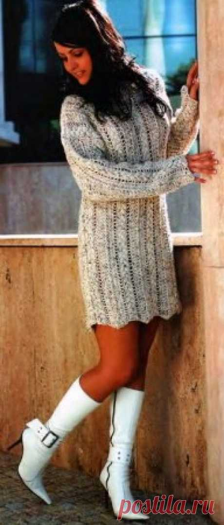 Меланжевое платье Размер: обхват груди 90 см, длина изделия 80 см, длина рукава 45 см. Для вязания платья Вам потребуется:  • около 600 г меланжевой бежевой пряжи;  • спицы № 4. Плотность вязания: один узор «косичка» и один кружевной узор: 10 см х 10 см.