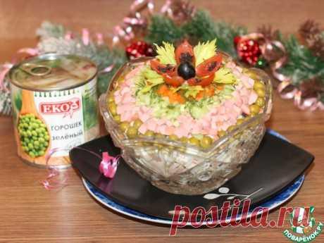 Салат с колбасой, овощами и яблоком Кулинарный рецепт