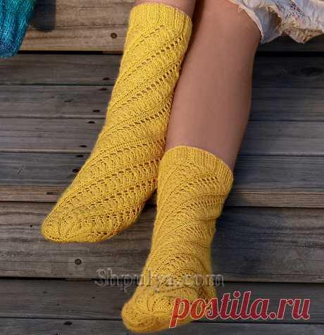 Желтые носки с ажурным узором по спирали — Shpulya.com - схемы с описанием для вязания спицами и крючком