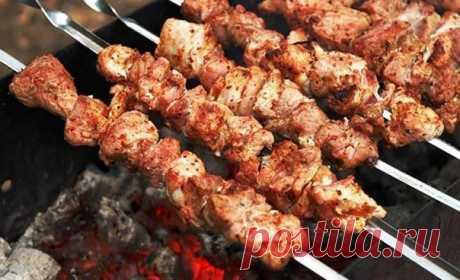 Самые популярные способы приготовить фантастически мягкое мясо на шашлыки всего за 30 минут    Любое жесткое мясо станет мягким.          1. Нам понадобится на 2 кг мяса — 1 большой киви или 2 маленьких. Разминаем киви руками и перемешиваем с мясом, если киви твердые, нарежьте на мелкие кусо…