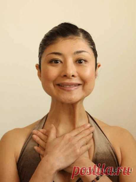 Подтяжка нижней части овала лица и области декольте Данное упражнение, предлагаемое Мамадой Йошико, предназначено для области шеи и декольте, а также для укрепления линии челюсти, избавления от второго подбородка и, собственно, коррекции овала лица.  М…