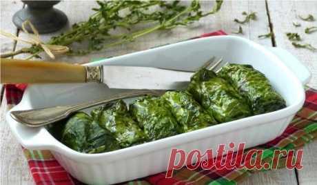 Голубцы с рисом в свекольных листьях. Оригинальный рецепт вкуснейших голубцов с начинкой из риса, репчатого лука и зелени. Ароматную начинку заворачиваем в свекольные листья, что придает блюду сочность и неповторимый вкус. Вегетарианское блюдо.