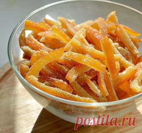 Апельсиновые цукаты  Сохрани себе вкусный рецепт   Ингредиенты:  Апельсины — 4 шт. Сахар — 2,5 стак. Вода — 2 стак.  Приготовление:  1. Тщательно промойте апельсины. Срежьте место крепления черенка и верхушку, сделайте несколько вертикальных надрезов и снимите кожуру. Удалите внутреннюю белую часть, нарежьте кожуру полосками. 2. Замочите кожуру в холодной воде на 2 часа. 3. На слабом огне нагрейте 2 стакана воды с сахаром, кипятите до полного растворения сахара. 4. Всыпьте...