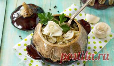 Пельмени в горшочках со сметаной, грибами и сыром