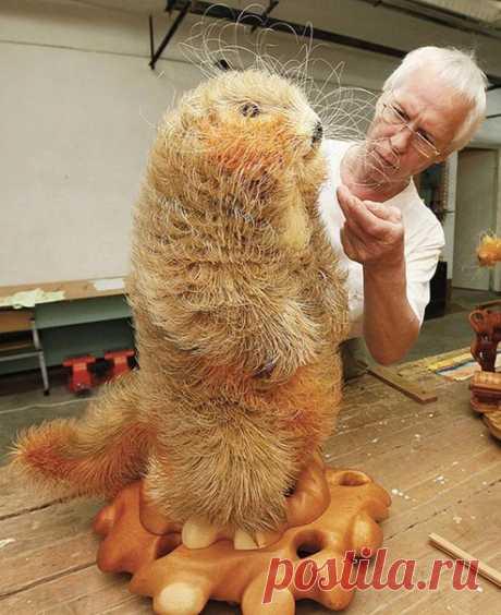 Удивительная скульптура бобра из древесной стружки