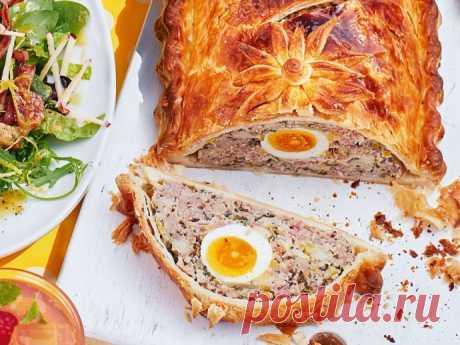 Пирог со свиными колбасками и яйцом
