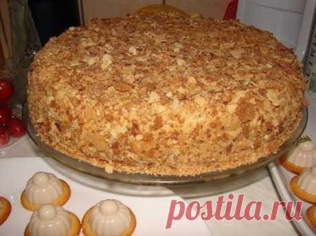 """Оригинальный торт «Наполеон» за полчаса Идея этого рецепта состоит в том, чтобы получить торт «Наполеон» без возни с традиционными коржами. И чтобы все гурманы признали в нем именно """"Наполеон"""", по вкусу и по внешнему виду. Мы все любим этот торт, но пока его приготовишь! Замесить тесто, из него раскатывать каждый корж в отдельности,..."""