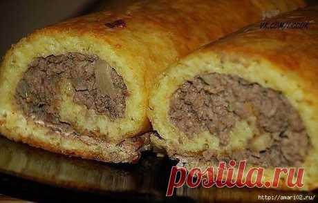 Закусочный сырный пирог с мясной начинкой.