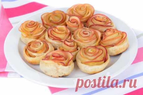 Розы из яблок: оригинальные булочки к чаю