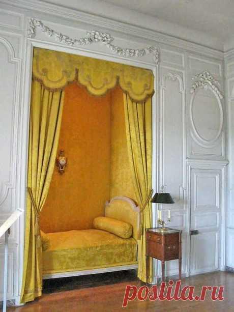 Aug 16, 2019- Старинные спальни Спальни императорские и королевские, из Версаля , Лувра, других знаменитых замков. Картинки для этого поста собирались долго, несколько месяцев. Буду очень рада, если кто-нибудь знает еще красивые спальни и пришлет ссылку. Это моя любимая- синяя королевская спальня в Лувре Chambre…