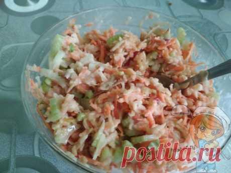 Диетический салат из стеблевого сельдерея с яблоком и морковью