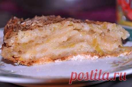 Необычный яблочный пирог, который нравится всем    Такой сочный и вкусный!          Ингредиенты: мука — 1 стакансахар — 1 стаканманка — 1 стаканразрыхлительяблоки — 3 штукисливочное масло Приготовление:  Яблоки берем посочнее, нарезаем их ломтикам…