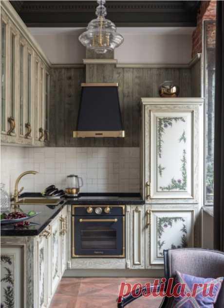 Маленькая п-образная кухня в викторианском стиле с фасадами с выступающей филенкой