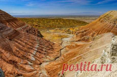 Разноцветные горы Актау в парке Алтын-Эмель (Казахстан). Снимок сделала Татьяна Горная.