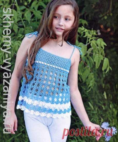 Голубая ажурная маечка для девочки с узором из ромбов. Схема вязания крючком и описание.