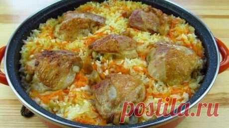 Готовим сытное и вкусное блюдо к семейному обеду.Это вкусно!  Рис с курицей в духовке  Рис с курицей очень хорошо сочетаются, а если их приготовить в духовке, рис получается «распаренным» и пропитанным соком куриного мяса. Универсальное блюдо для любого повода.  Ингредиенты  Куриные бедра - 5 шт.  Лук репчатый - 1 шт.  Морковь - 1 шт.  Сырой рис - 2 ст.  Вода или бульон - 5 ст.  Растительное масло для жарки  Специи, соль  Приготовление  1. Отмерить количество риса согласн...