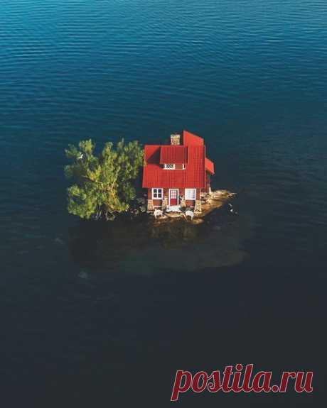«Тысяча островов» – это не только соус, но и архипелаг; правда, островов в нем почти вдвое больше. Один из них называется «Достаточно места». Когда-то его выкупила семья, надеясь найти уединение, но их планам было не суждено сбыться