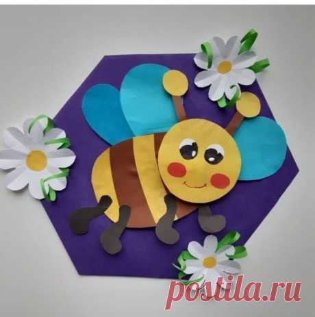 Весёлая пчелка внутри соты