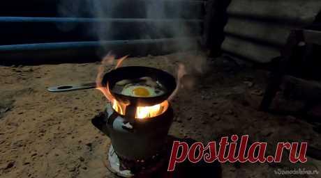 Вариант мини-печи из эмалированного чайника Вот вам еще один вариант мини-печи из чайника, можно таскать с собой в машине, мы частенько выезжаем с женой в лес, то за песком, то за дровами, то за грибами, то просто погулять. Поставил такую печь, набросал что есть под рукой, тепло, красиво, можно пожарить над огнем сала, подогреть чай и так