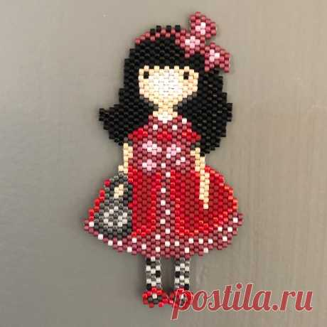 Variation style poupée en mode petit chaperon rouge. #poupee #chaperonrouge #brickstitch #miyuki #doll #miyukiaddict #pattern #jenfiledesperlesetjassume #perlesandco #jewel #red #miyukibeads #handmade #ideecadeau