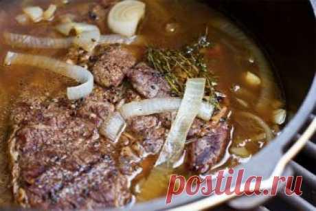Как правильно тушить говядину целым куском      Будь то ростбиф, поркетта или любой другой внушительный кусок мяса его приготовление неразрывно связано с духовкой. Запеченное мясо покоряет своим ароматом задолго до того, как попадает на стол. …