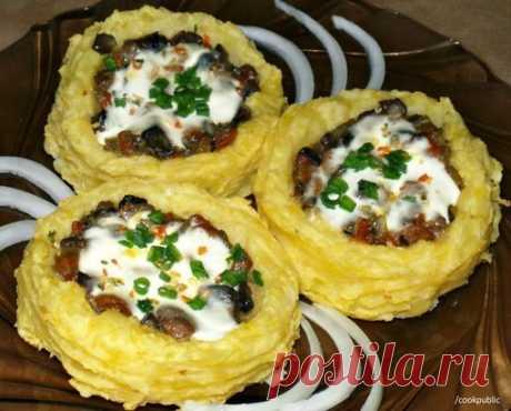 Картофельные гнезда с грибами, в чесночно-сметанном соусе  Ингредиенты: Картофель -10-11 шт Молоко - 50 мл Показать полностью…
