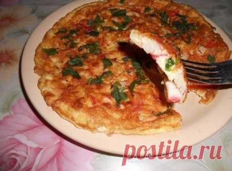 Ну очень вкусный завтрак   На 2 порции нам понадобится: — 3 яйца;— половина помидора;— 5 крабовых палочек;— 30 гр. сыра;— масло растительное для жарки;— соль перец по вкусу;— зелень Приготовление: Яйца взбить венчиком,добавит…