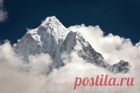 Пик Ама Даблам в облаках, непальские Гималаи. Автор фото – Антон Янковой: nat-geo.ru/photo/user/49098/