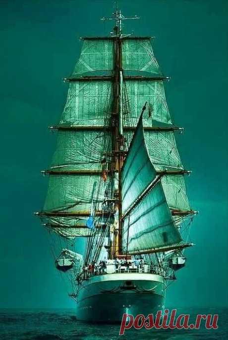 Вновь развеваются на ветру цветные паруса...