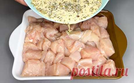 Заливаем куриное филе соусом и ставим на 30 минут в духовку. Даже сухое мясо начинает таять во рту