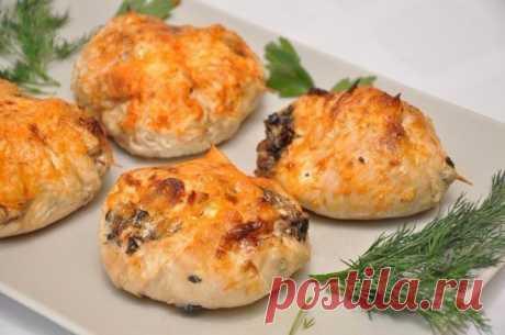 Куриные «бомбочки»  Ингредиенты:  500 г куриного филе, 300 г любых грибов (у нас шампиньоны), 70 г сыра, 3 ст. ложки сливок, 1 луковица, соль, перец по вкусу.  Приготовление:  Грибы порезать кубиками и обжарить на растительном масле с измельченным луком, в конце посолить и поперчить. К грибам добавить натертый сыр и сливки, перемешать. Куриное филе отбить, посолить, поперчить. В центр положить грибной фарш, свернуть, придав форму «бомбочки», при необходимости заколоть зубо...