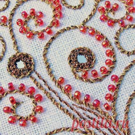 Индийская вышивка Шиша (Shisha) с зеркалами. Мастер-классы Классическая индийская вышивка Шиша с зеркалами, которую мы привыкли видеть на традиционных предметах одежды и декора, настолько интересна, что многие вышивальщицы взяли её на вооружение. Основа вышивки шиша - маленькие зеркальца округлой формы, которые пришиваются на полотно с помощью перекрестно расположенных стежков, призванных не только удержать их на месте, но и выполняющих декоративную функцию. В настоящее вр...