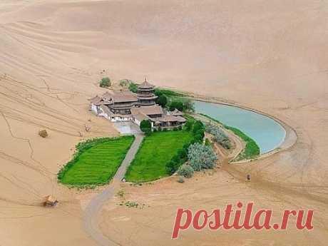 Природное чудо - озеро Полумесяца в пустыне Гоби